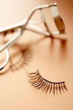 step by step How to apply false eyelashes