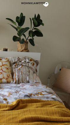 Wir zeigen Dir ein paar schöne Ideen für die Wandgestaltung in Deinem Schlafzimmer. Die richtige Wandfarbe für das Schlafzimmer zu finden ist nicht leicht. Mit diesen Tipps gelingt die Farbgestaltung vom klassischen Weiß zum neuen Farbton School House White! Comforters, Blanket, Interior Design, Furniture, Home Decor, Paint, Bedroom Ideas, Couple, Home Decor Accessories