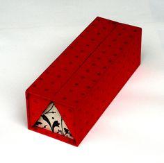 Mein derzeitiger Liebling unter den Schachteln ist dieses Kästchen, hier zunächst geschlossen: Und hier geöffnet: Nicht ganz einfach herzustellen wegen der kleinen Dreiecke, die passgenau angeferti…