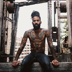 Olá pretos e pretas , Vocês já devem ter passado pela mesma situação que eu : procurar fotos de pessoas negras e tatuadas como referência pra fazer a tão sonhada tattoo e não encontrar . Pensando nisso , decidi criar esse post ,para que vocês tenham aqui um arquivo de imagens para se inspirar. Ver …
