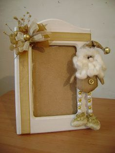 Arte Gryss: ADORNOS NAVIDEÑOS                                                                                                                                                      Más Christmas Frames, Christmas Signs, Christmas Wreaths, Christmas Ornaments, Christmas Sewing, Christmas Projects, Handmade Crafts, Diy And Crafts, Picture Frame Wreath