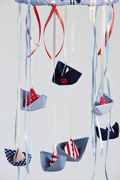 Baby-Boote mobile in rot und blau und Elfenbein. Baby nautische Kinderzimmer Decor. Marine rot Segelboot Krippe mobile für Jungen oder Mädchen Wir empfehlen die Boote mobile im Kinderzimmer über dem Bettchen oder Wickeltisch für kostbare Momente der Freude für Ihr Baby zu hängen! Eine