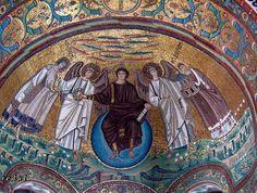 Iglesia de San Vital. Rávena, siglo VI. Mosaicos del ábside, donde se representa a un Cristo joven, flanqueado por ángeles y las figuras del mártir san Vital y el obispo Eclesio, sobre una vegetación florida que representa el Paraíso.