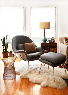 Womb chair with that rug = cozy chic.