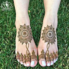 Drooling over this contemporary mehendi design! #bride #bridestobe #mehendi #contemporary #modern #minimalistic