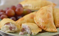 Creamy Chicken Pie, Argentina Food, Empanadas Recipe, Dominican Food, Tasty, Yummy Food, Sin Gluten, Hot Dog Buns, Food Inspiration