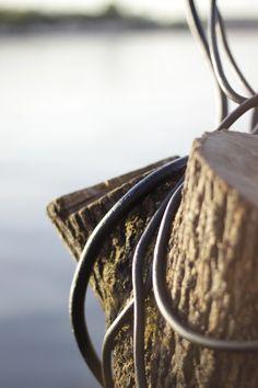 Geschmiedeter Stahl windet sich um einen alten Baumstumpf wie Efeu - Galionsfigur