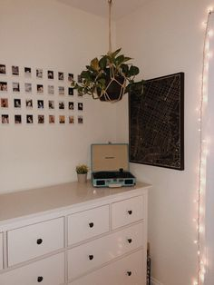 artsy bedroom teen bedroom white walls green plants polaroid wall polaroids picture collage Bedroom green avery may Decoration Bedroom, Decor Room, Home Decor Bedroom, Bedroom Ideas, Teen Wall Decor, Bedroom Inspo, Design Bedroom, Pictures For Bedroom Walls, Decorating Walls In Bedroom