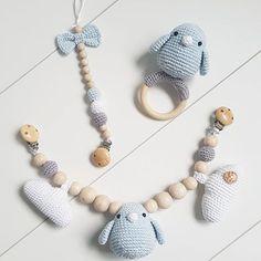 Verliefd op dit setje!!  #angelshandmade #handmade #haken #hakeniship #instagood #instacrochet #instababy #photooftheday #ede #kraamcadeau #wagenspanner #rammelaar #bijtring #speenkoord #instagramkoopjeshoek #crochet #babytoy #babycrochet #babystuff #babyshower #babykamer #babyboy #babyblauw #mijnwebwinkel #webshop Crochet Baby Toys, Crochet Birds, Crochet For Kids, Crochet Dolls, Handmade Baby Gifts, Handmade Toys, Maila, Baby Teethers, Baby Rattle