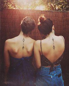 umgedrehtes Symbol an den beiden Frauen Rücken von zwei Schwester Geschwister Tattoo Motive