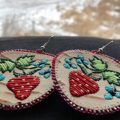 """Those strawberries tho 😍 Birch bark quilled earrings. Native American Baskets, Native American Beadwork, Native American Jewelry, Beaded Flowers Patterns, Beading Patterns, Powwow Beadwork, Birch Bark Baskets, Birch Bark Crafts, Dream Catcher Earrings"