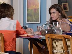 Chica incentiva Clara a contar sobre Marina para Ivan (Foto: Em Família / TV Globo)