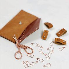 Ribbeluen - gratis oppskrift Cable Knitting, Card Case, Knitted Hats, Knitting Patterns, Sunglasses Case, Shoulder Bag, Wallet, Leather, Handmade