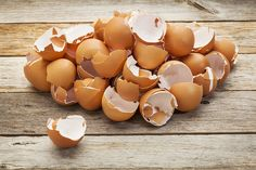 Pourquoi jeter lorsque l'on peut recycler ? Découvrez 7 façons naturelles et écolos de réutiliser les coquilles d'oeufs.
