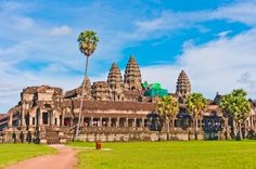 Templo Angkor Wat no Camboja, maior monumento religioso do mundo. Chinese Architecture, Futuristic Architecture, Angkor Wat Cambodia, Incredible India, Southeast Asia, Birds In Flight, In The Heights, Tourism, Germany