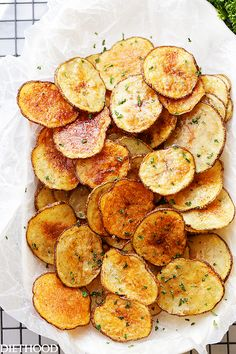 This Chili Lime Baked Potato Chips Recipe is simple to make and so delicious! Homemade baked potato chips flavored with fresh lime juice and chili powder. Lunch Snacks, Snacks Für Party, Healthy Snacks, Healthy Recipes, Delicious Snacks, Easy Snacks, Homemade Baked Potato Chips, Homemade Chips, Baked Chips