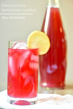 Hibiscus Tea Lemonade Cocktail is my new favorite summertime cocktail! Vodka Fruit Drinks, Tea Cocktails, Fun Drinks, Alcoholic Drinks, Summertime Drinks, Summer Drinks, Summer Bbq, Lemonade Cocktail, Vodka Cocktail
