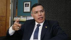 Por corrupción arrestan en Guatemala al ex secretario presidencial y el jefe del Banco Central