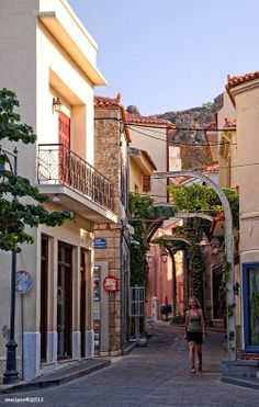 De main road in Myrina, de capital of Lemnos island, with de central market place of de island. Samos, Old Mansions, Greece Islands, In Ancient Times, Santorini, Athens, Scenery, Places To Visit, Central Market