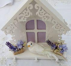Porta Chaves em MDF pintado à mão com tinta PVA. Apliques em renda, flores e pomba feita à mão. Peça envernizada. R$ 65,00