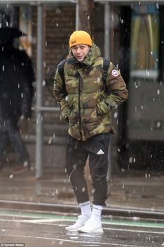 Brooklyn Beckham braves the snow in New York is part of Dress shoes men - He left his native London to study photography at Parsons School of Design Yet Brooklyn couldn't escape the bitterly cold weather as he also faced snow in New York Mens Fashion Wear, Men's Fashion, Fashion Trends, Fashion Shoes, Mode Masculine, Brooklyn Beckham, Men Style Tips, Mens Clothing Styles, Men Dress