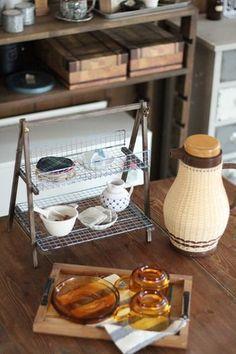 素敵な古道具風のストッカーも焼き網で。こまごまとしたものをのせたり、おうちカフェに活躍させたりと使い道は色々です。
