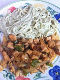 Spaghetti poblano y fajitas de pollo.