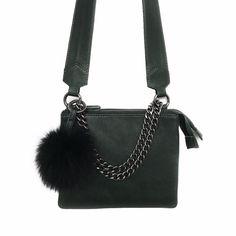 2ef7745afcf Lædertaske med læderrem og kæde. Sort pelspompon. Tilkøb tilbehør og ændre  looket når du