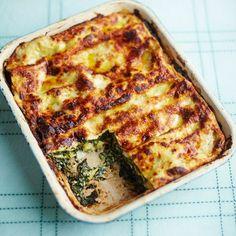 Vegetarische lasagne met spinazie en ricotta. Bon appetito! 1. Verwarm de oven voor op 190°C. 2. Smelt 50 gram boter en klop...