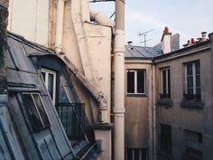 Me gustan los patios traseros. Esos que no se arreglan para lucir bien de cara al exterior. Son como el interior de las personas, hay desconchones, grietas, humedad..... pero también hay gritos de alegría, risas, emoción, hay vida y hay verdad. Lo otro es simple fachada.