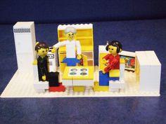 De eerste meidenlego met poppetjes, ze mochten meerijden op de melkkar van lego. We speelden Staf de Rijke na, onze melkboer