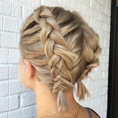 Dwa warkocze na krótkich włosach