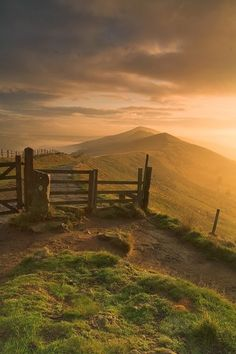 Sunrise at Edale Cross, Peak District, England Beautiful World, Beautiful Places, Beautiful Boys, Landscape Photography, Nature Photography, Photography Tips, Scenic Photography, Aerial Photography, Night Photography