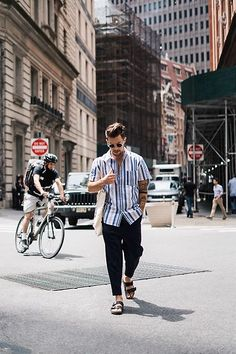 Birkenstock Sandals Outfit, Birkenstock Fashion, Birkenstock Men, Urban Outfitters Trousers, Unisex Fashion, Mens Fashion, Polo Outfit, Smart Casual Men, Barefoot Men