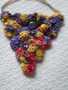 un triangle de yoyos pour un collier plastron