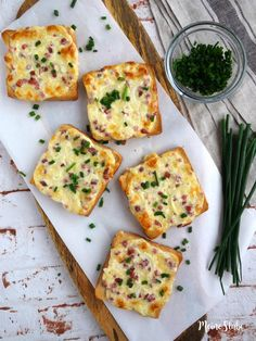 Flammkuchen Toast mit Speck und Zwiebeln Tarte cake toast without dough. You probably have not prepared a tarte flambée so fast and so easy. Tasty topped with bacon and onions. Breakfast And Brunch, Breakfast Recipes, Appetizer Recipes, Snack Recipes, Appetizers, Healthy Recipes, Avocado Recipes, Bacon, Cheese On Toast