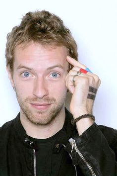 One day I would like to meet Chris Martin, lead singer of Coldplay. His lyrics are just beautiful. Guy Berryman, Beautiful Men, Beautiful People, Amazing People, Chris Martin Coldplay, Cinema Tv, Gwyneth Paltrow, My Favorite Music, Music Bands