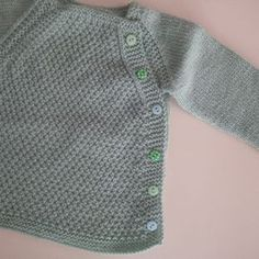 Esta chaquetita es para los los tres o cuatro primeros meses. Materiales: 2 ovillos DMC (100% Baby pure merino wool) agujas del 3,5 ... Baby Knitting Patterns, Baby Quilt Patterns, Crochet For Boys, Knitting For Kids, Bebe Baby, Baby Suit, Knitting Accessories, Baby Sweaters, Beautiful Outfits