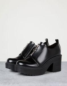 Sapato abotinado salto alto fecho. Descubra esta e muitas outras roupas na Bershka com novos artigos cada semana