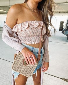 @rocio_outfit_ideas • Instagram photos and videos Floral Outfits, Off Shoulder Blouse, Floral Tops, Neutral, Outfit Ideas, Bodysuit, Photo And Video, Videos, Summer