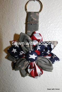 Flower keychain or can be made into a hair clip. USMC, Army, Navy and Air Force… Army Crafts, Military Crafts, Airforce Wife, Usmc, Patriotic Wreath, 4th Of July Wreath, Art Club Projects, Air Force Mom, Army Girlfriend