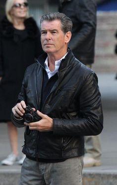 Pierce Brosnan et Leica Pierce Brosnan, Vintage Leather Jacket, Lambskin Leather Jacket, Leather Men, Fashion For Men Over 50, Mature Mens Fashion, Elegant Man, Famous Photographers, Gentleman Style