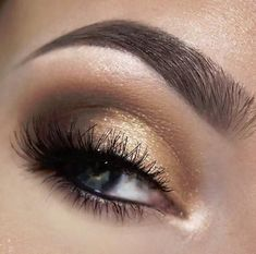 35 Gorgeous Bridal MakeUp Ideas For Classy Brides! 35 Gorgeous Bridal MakeUp Ideas For Classy Brides!A rule that you should be careful not only for your bridal makeup, but for all your life: Gold Eyeliner, Copper Eyeshadow, Gold Eye Makeup, Blue Eyeshadow, Smokey Eye Makeup, Makeup Eyeshadow, Makeup Brush, Beauty Make-up, Beauty Hacks