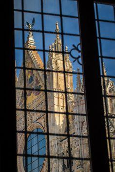 Il Duomo dalla finestra. Foto di Larry Marotta su https://www.flickr.com/photos/larrymarotta/13976329150/lightbox/ #Siena #DuomoDiSiena