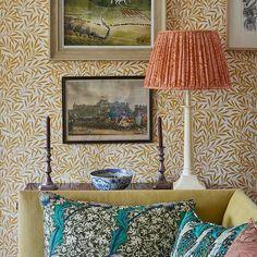 Коллекция Queen Square, созданная в сотрудничестве с известным дизайнером интерьеров Беном Пентретом, включает культовый дизайн Morris & Co в ярких новых цветах, напоминающих о 60-х годах.
