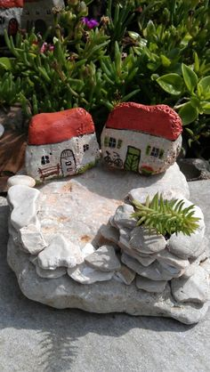 Kamene kuce Stone Crafts, Rock Crafts, Crafts To Do, Diy Crafts, Pebble Painting, Pebble Art, Stone Painting, Painted Garden Rocks, Hand Painted Rocks