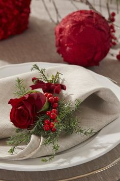 Kuvertpynt+med+rose,+vintergrønt+og+ilexbær.
