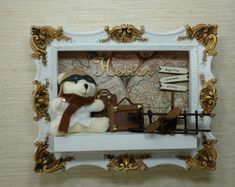porta-maternidade-urso-aviador-porta-de-maternidade Decoupage Vintage, Pastel Decor, Baby Decor, Stuffed Animals, Baby Gifts, Nova, Old Things, Frame, Ideas