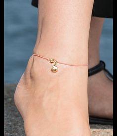 Piękna i subtelna letnia ozdoba na nogę - bransoleta z delikatnego różowego…