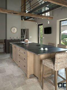 Une cuisine chic bois et noire avec un îlot central